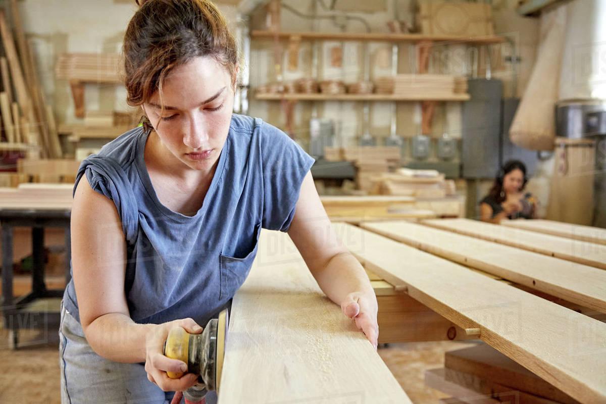 Phụ nữ làm mộc: một kiểu hình mẫu phụ nữ thời hiện đại