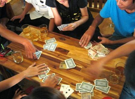 Làm mộc và cờ bạc